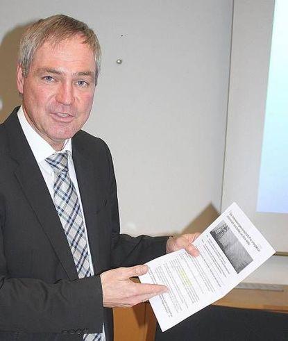 """Bürgermeister Metz mit einem Flugblatt der """"IG Pro Integration"""". © jaschke"""