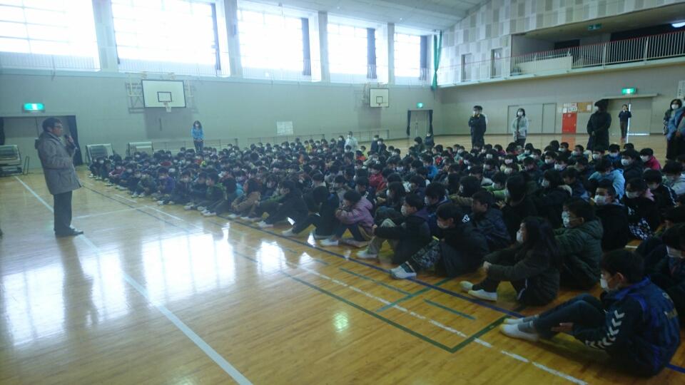 丹波市立東小学校にて私の話の内容のフォローをしてくれている小橋会長