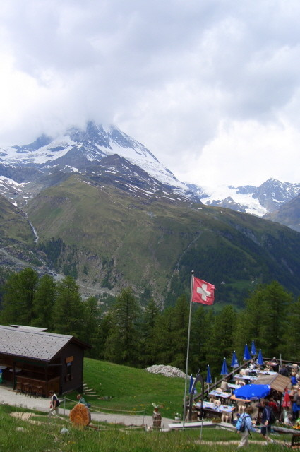 """und hier kann man (relativ preiswert) einkehren, immerhin """"zu Füßen"""" des Matterhorns"""