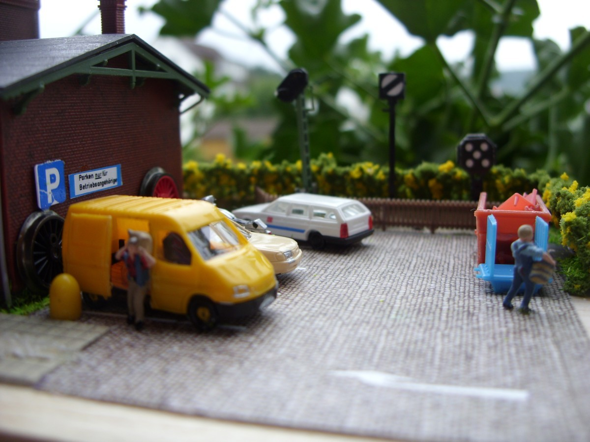 am Parkplatz für die Mitarbeiter
