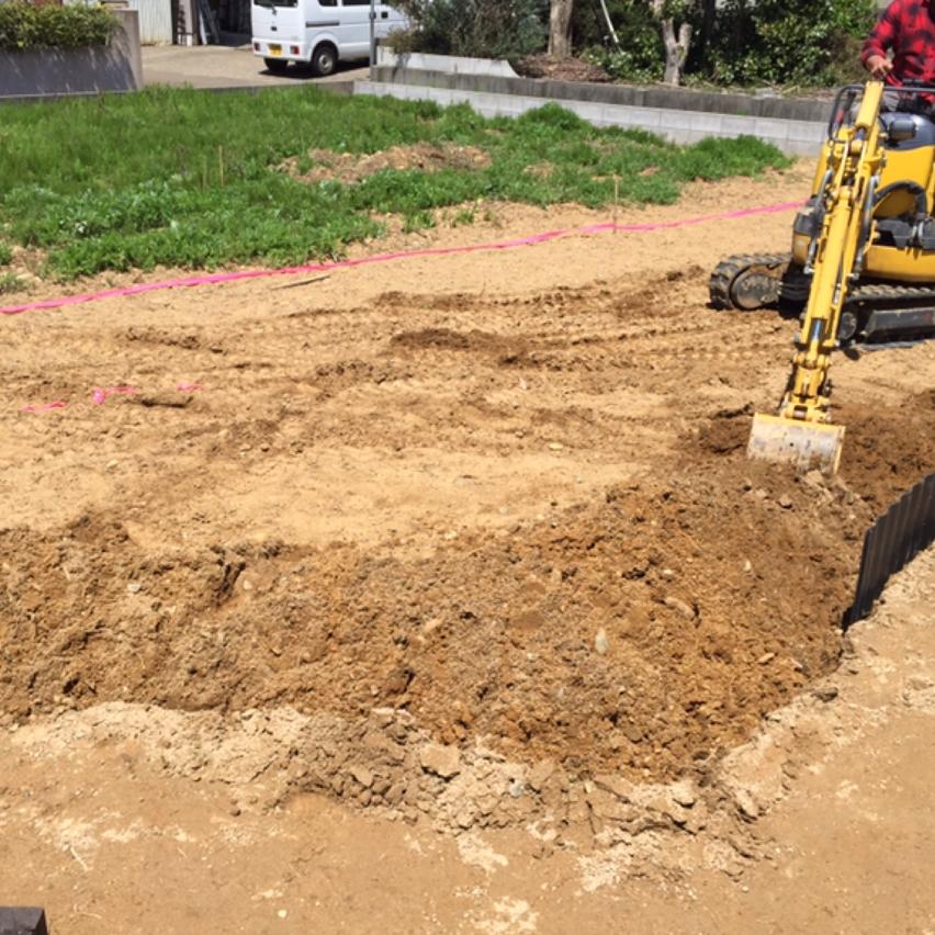 更地から始めたガーデン。当初は雑草の根を掘り起こしが大変そうでした。