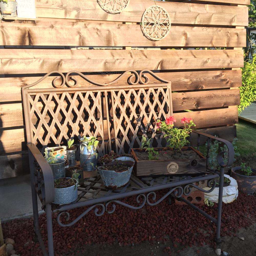 サビサビのベンチが雰囲気を作り出します。