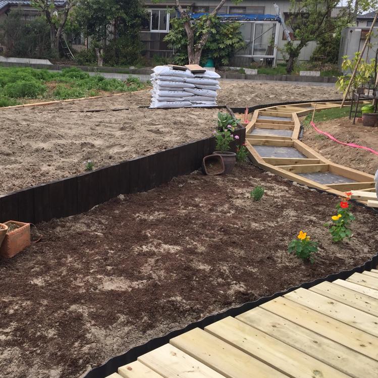 水はけの良くないもとの土。新たに砂をメインに入れての土作りです。足場の作業も着々と。