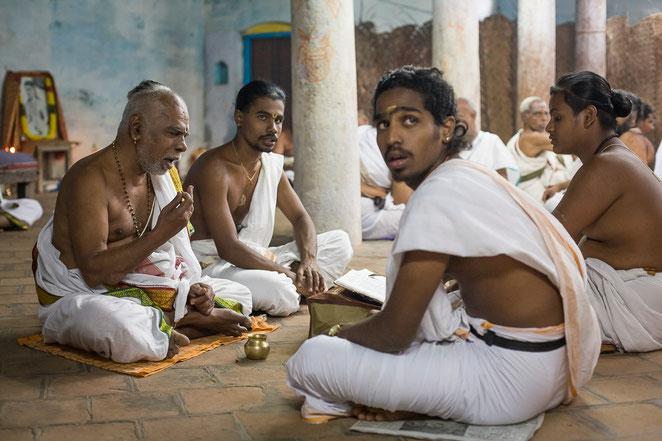 ヴェーダの詠唱をするヒンドゥー教の司祭階級バラモンたち(タミル・ナードゥ州ティルヴァイヤールにて)