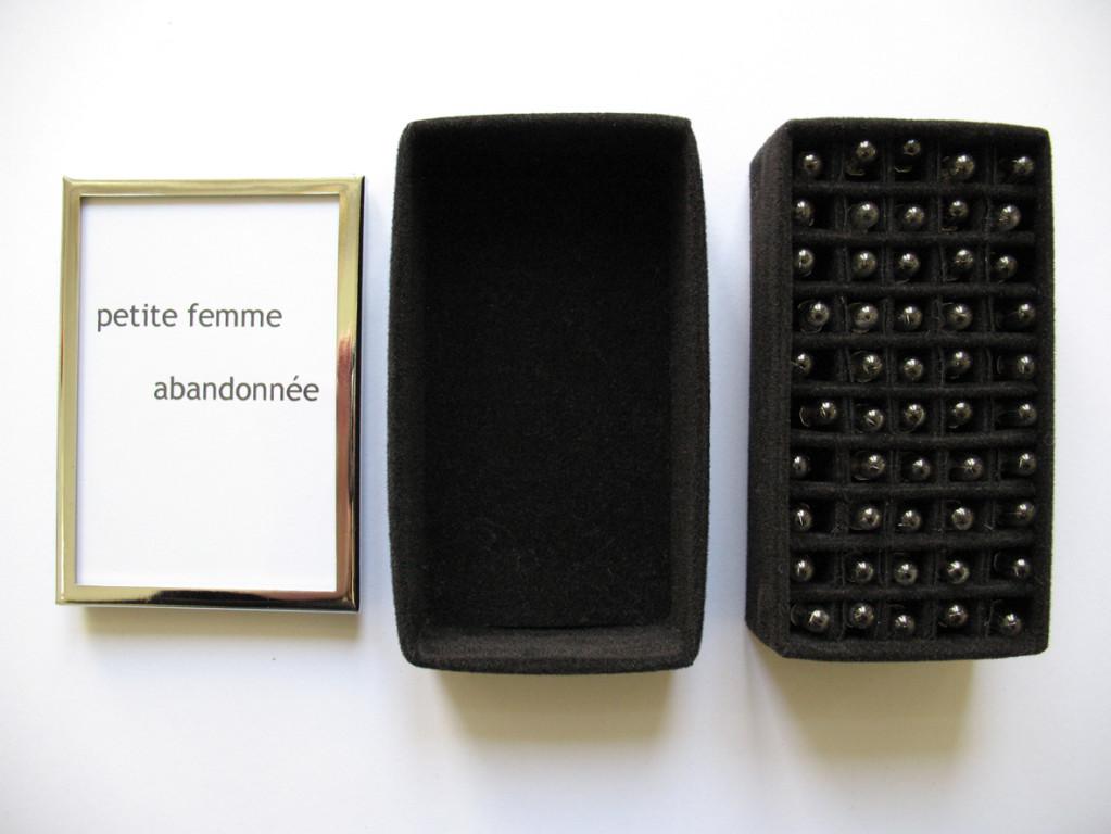 Petite femme abandonnée / kleine verlassene Frau / abandoned tiny woman (2005, mixed media, tiny light bulbs)