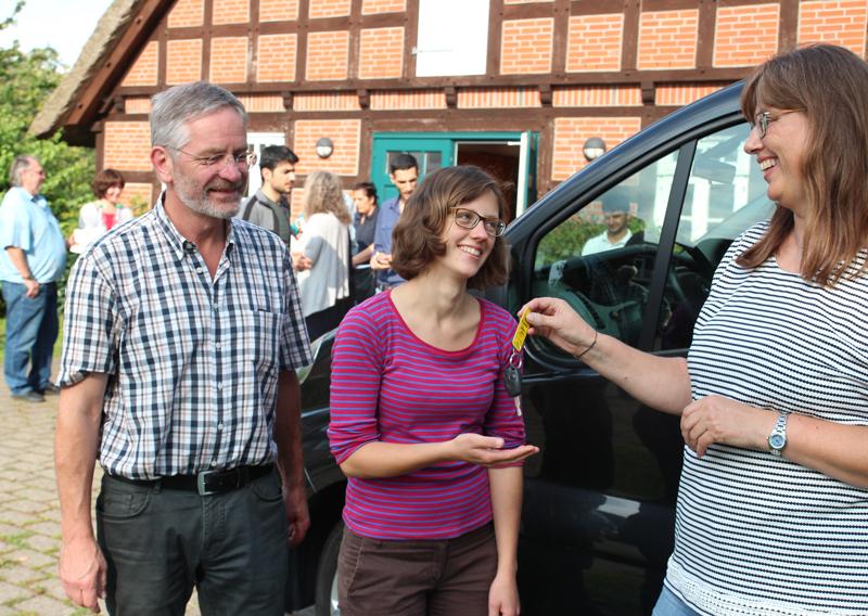 1. September: Der Schlüssel vom Begegnungsbus wird übergeben