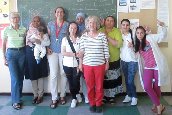 Von links: Telse, Tiaf mit Baby,  Brigitte, Bella, Mouram, Karin, Zurefa, Linda, Djemilje