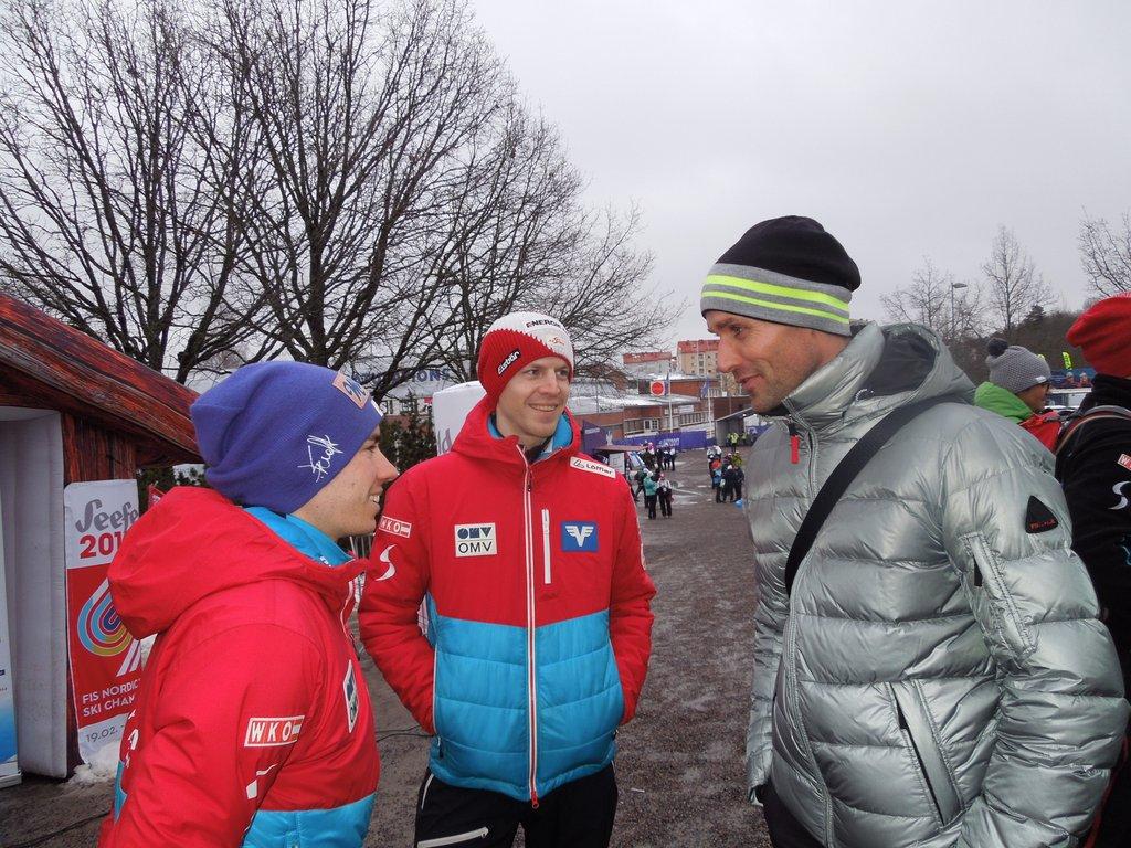 Sven Hannawald gratuliert dem Weltmeister Stefan Kraft