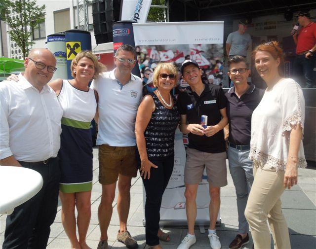 Maria Pachner, Bürgermeisterin von Grieskirchen (Mitte) mit Andi Goldberger