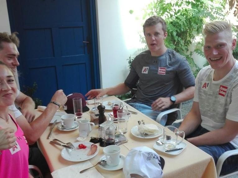 """Gemeinsames Frühstück aller Teilnehmer in der DB Schenker """"Basis"""" am Start"""