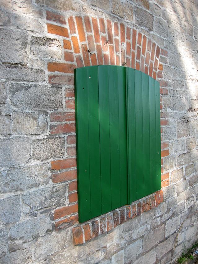 Fensterläden an der Naturstein-Feldscheune in Edlau