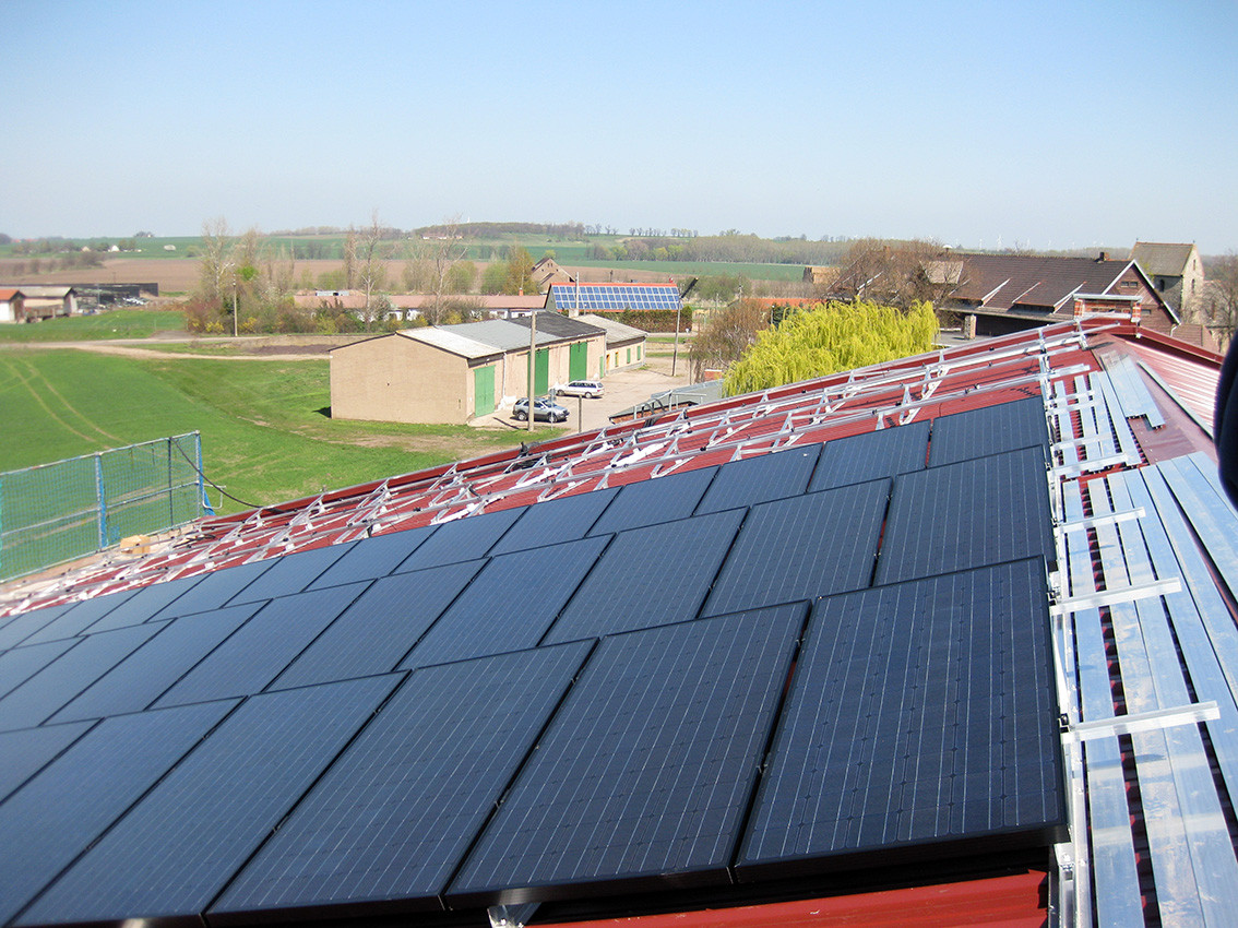 Solarmodule im Aufbau