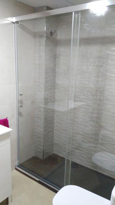Mampara ducha corredera BASIC (sin perfilería abajo) colocada en Santo Angel (Murcia)
