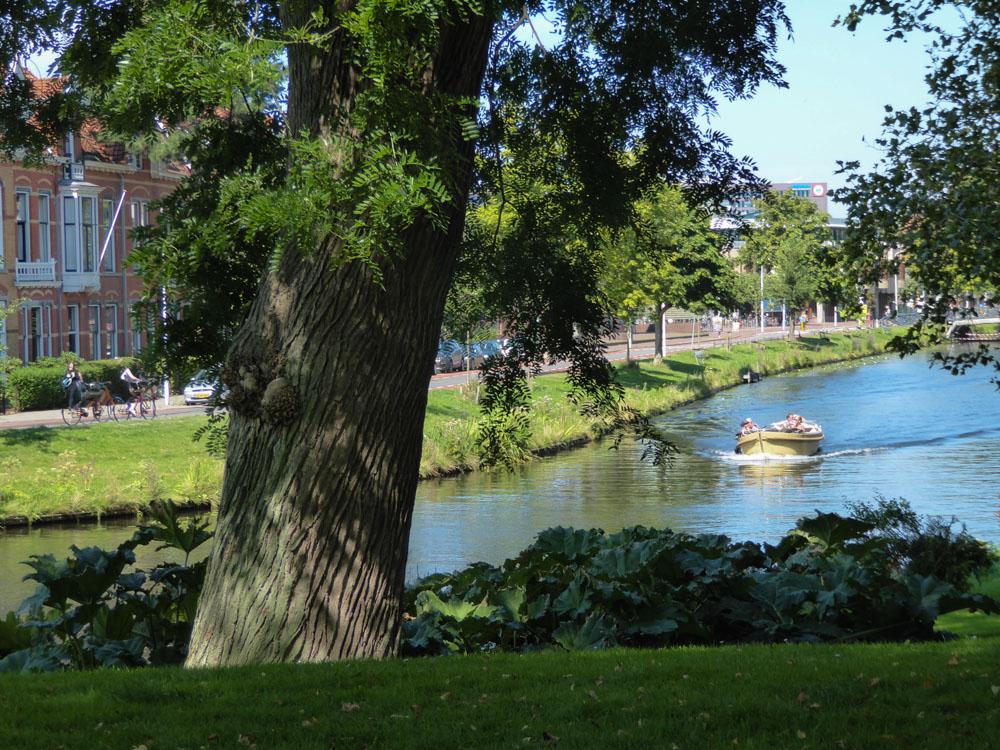Blick auf den Kanal vom Hortus Botanicus Leiden