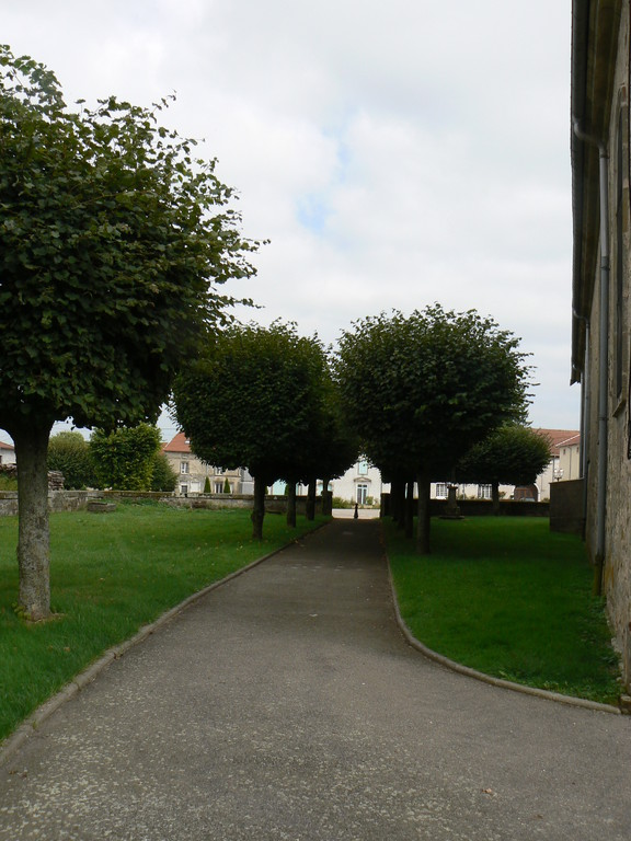 autour de l'église ( ancien cimetière )