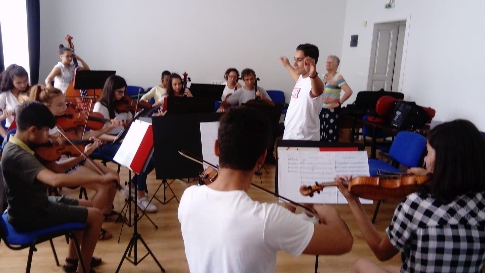 Durmusch dirigiert das Orchester. Bravo!