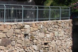 Natursteinmauer mit Beton