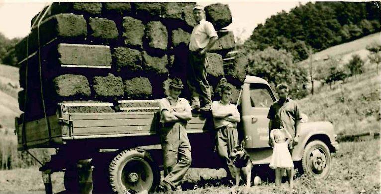 Herbert Frank vor seinem LKW mit Kollegen und seiner Tochter