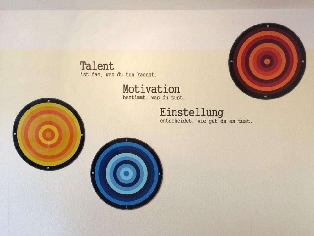 Wandtatoo mit beklebten Kunstschildern