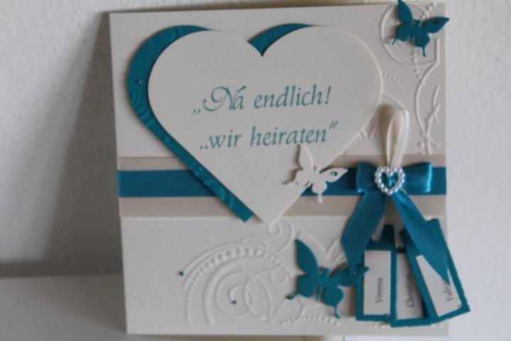 EH 8 Deckel geschlossen. Seitlich zu öffnen. Aufleger Kraftpapier. Anhänger mit den Vornamen des Brautpaares.