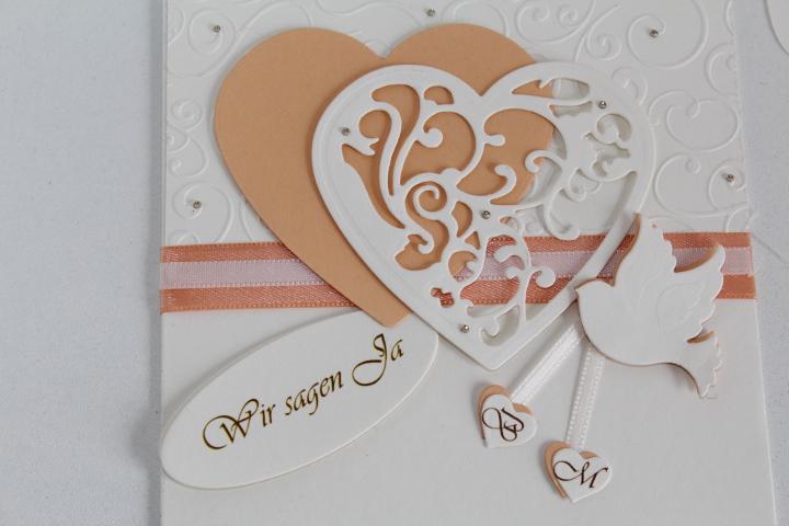 EH2  Deckel geschlossen, seitlich zum aufklappen. Herzchen mit den Initialien des Brautpaares.