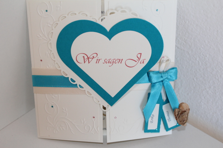 EH 5 mittig zum aufklappen. Auf Wunsch kann ein Foto auf die Herzinnenseite eingearbeitet werden. Anhänger mit den Vornamen des Brautpaares.