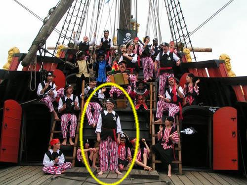 Mitch Schomaker op de foto onderaan in het midden als piraat tijdens de opname 'Bassie en de reis van Zwarte Piet'.