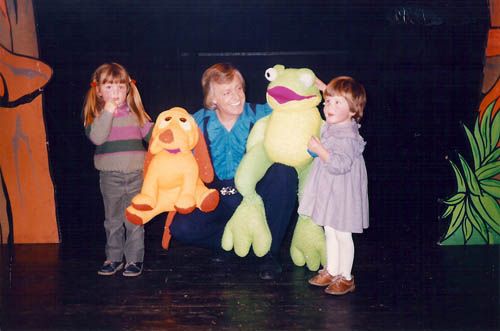 Caroline en Esther van der Steen samen met Adriaan en de dieren uit 'De Blackshow' in 1984