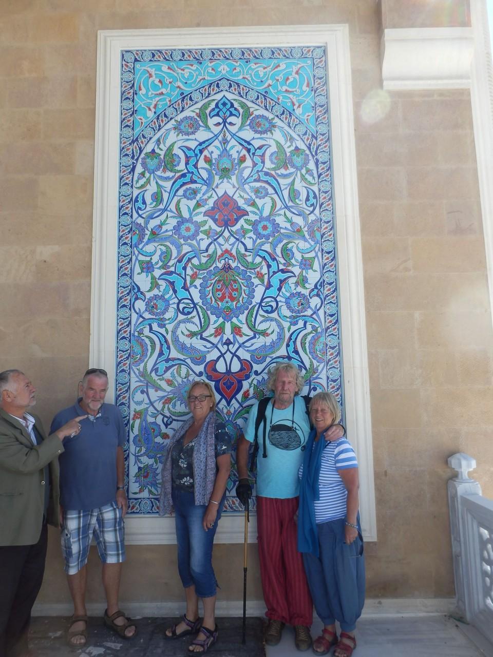 Een van de mozaieken naast de ingang