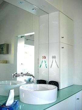 Badeinbauschränke mit Flachstrecke und Glasabdeckung
