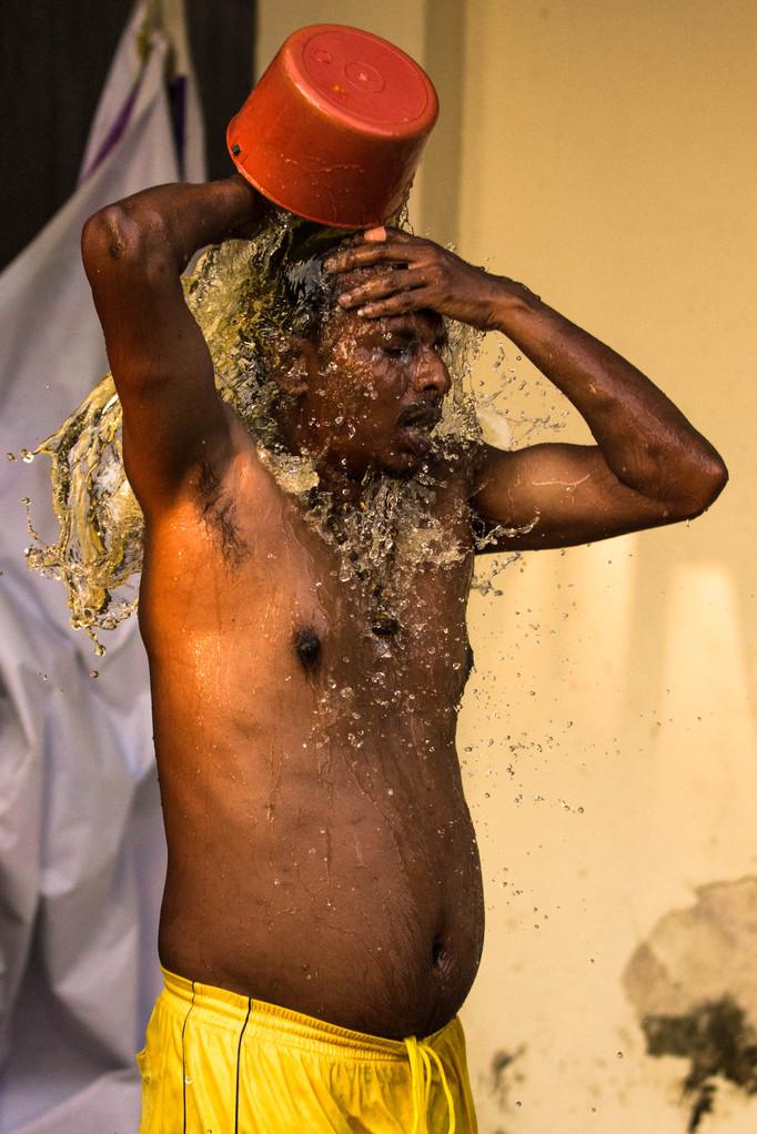 die Gläubigen waschen sich