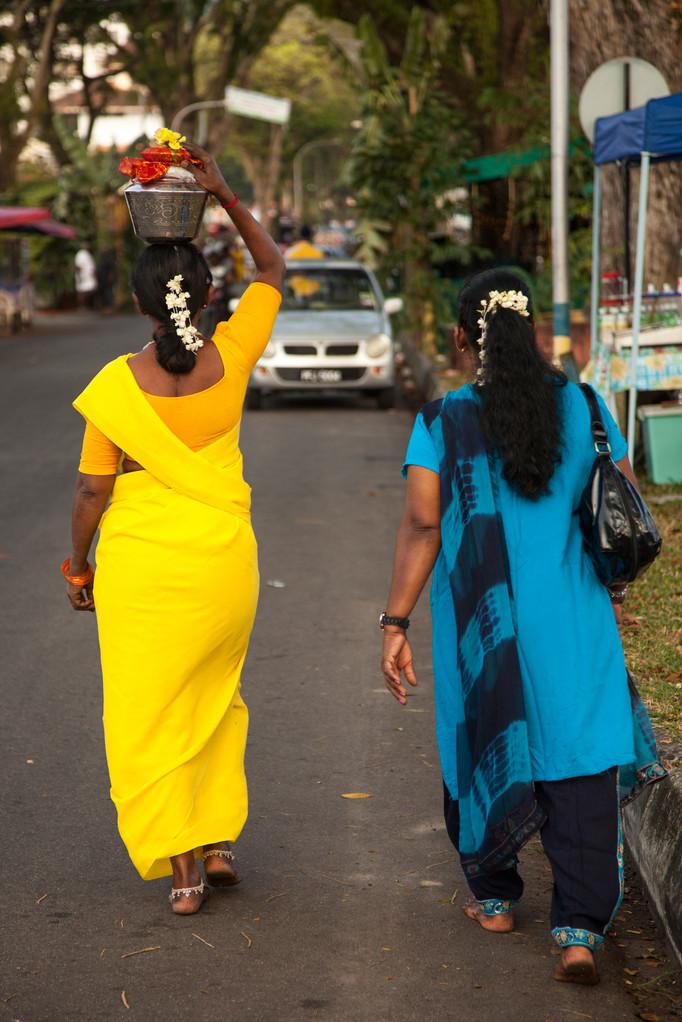 Töpfe mit Milch werden auf dem Kopf getragen
