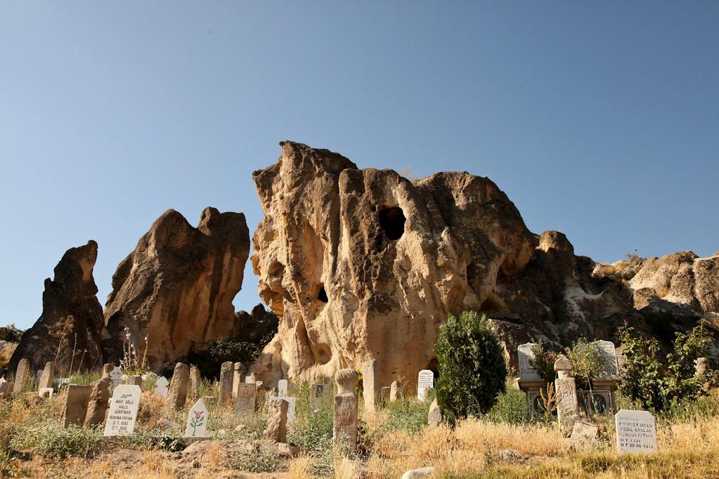 ...wohnten in mehrstöckigen Felshöhlen.