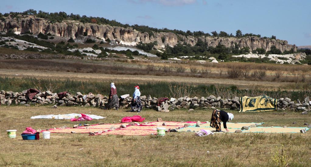 Türkinnen beim Teppich waschen.