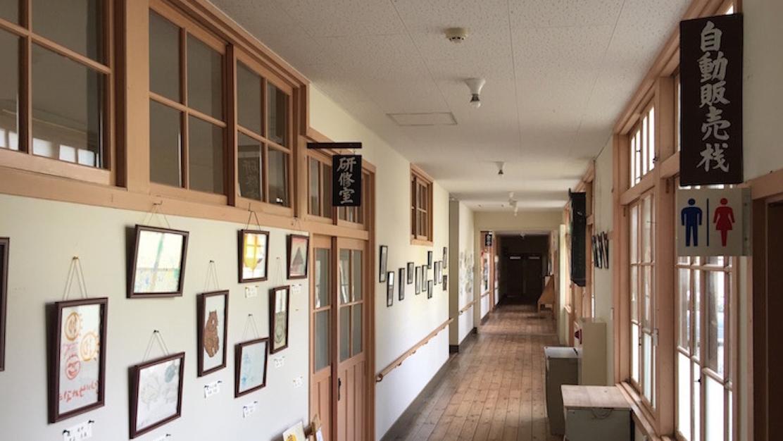 廊下の壁がギャラリーに