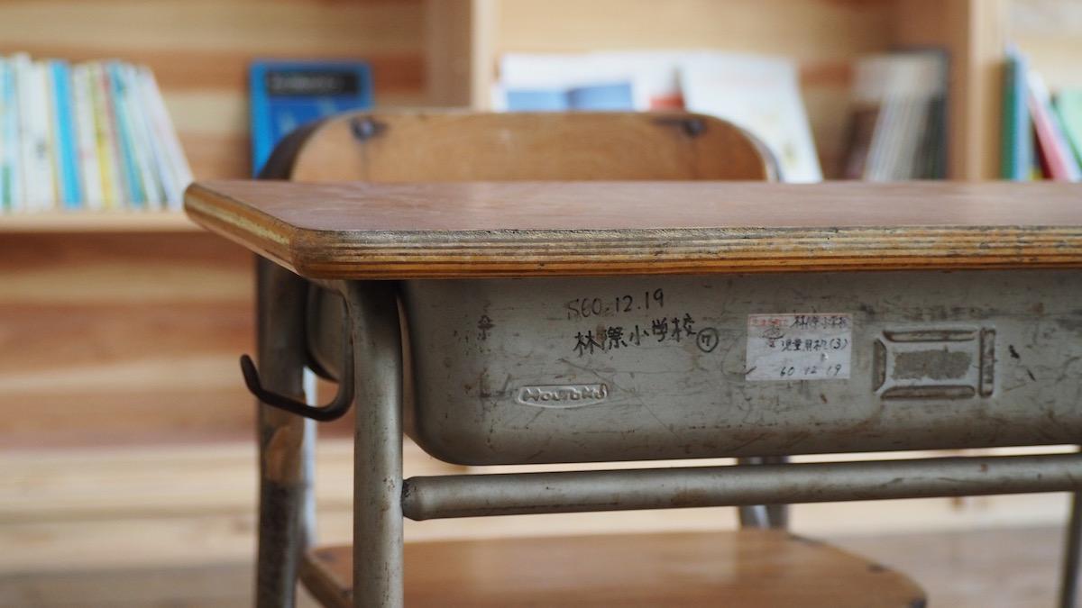 勉強机の傷跡は彫刻刀のもの?