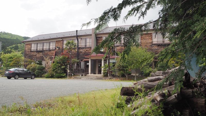 レトロ感溢れ出る木造校舎