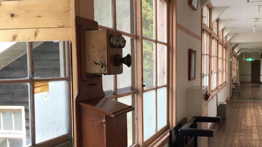 希少な旧式電話機がそのまま残る