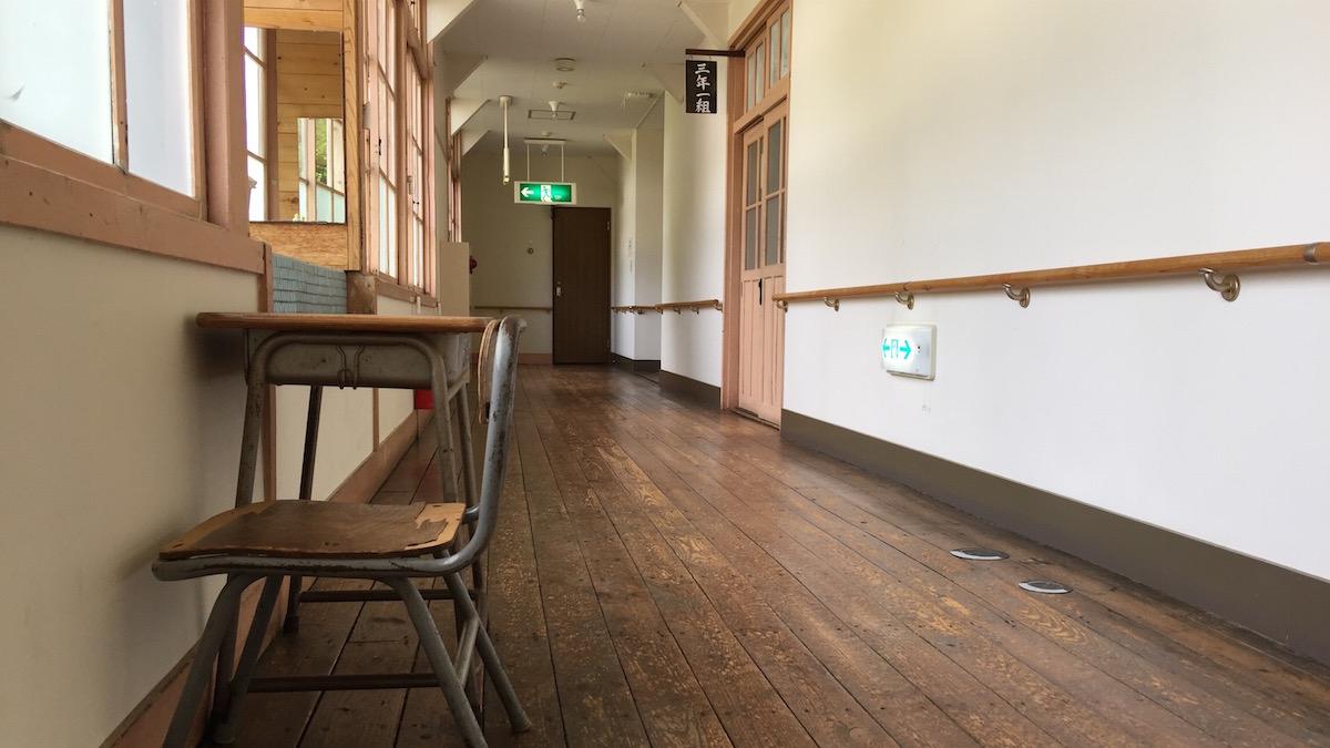 磨かれた木目が美しい廊下の床