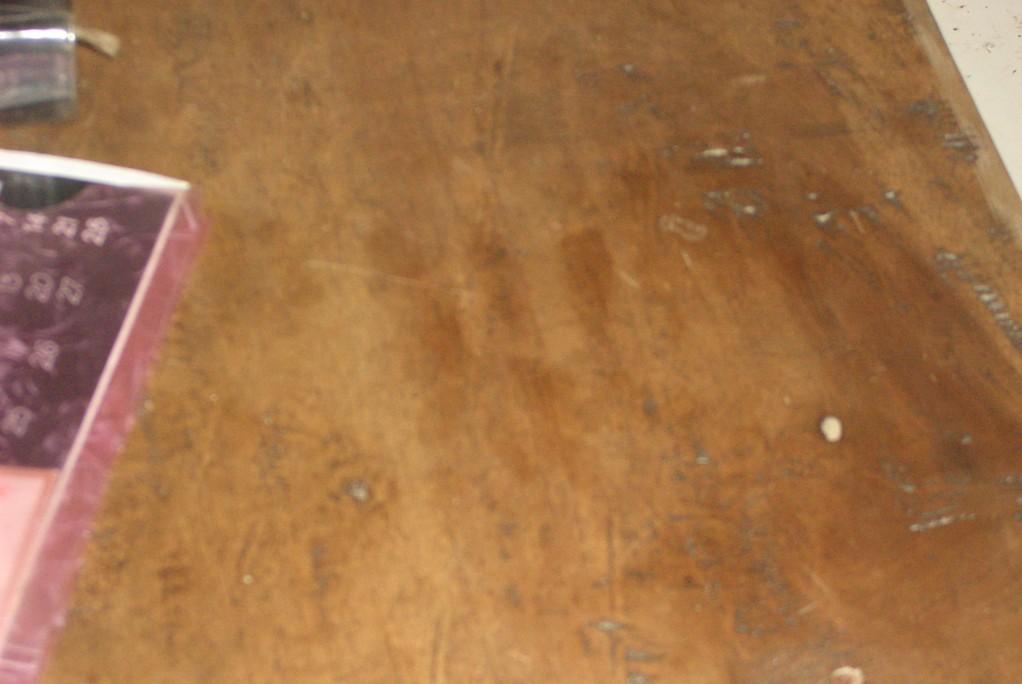 Abdruck meiner Hände auf der hölzernen Tischplatte.