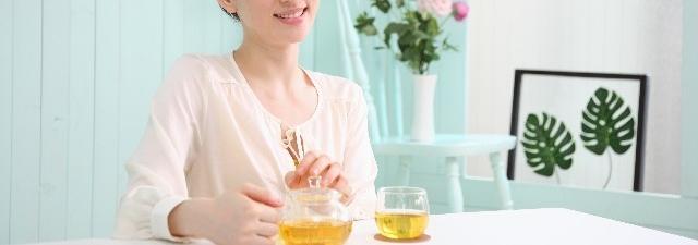 女性のキレイでスベスベな肌に紅茶を
