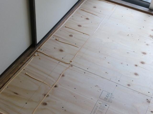 施工中 下地合板貼り+根太ボンド