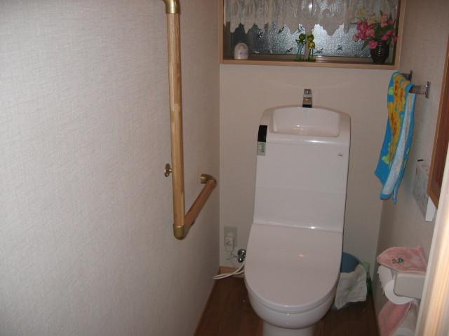施工後 トイレ室 TOTO一体型ウォシュレット取替、手すり、内装クロス貼替