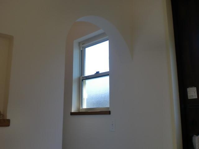 上げ下げ窓・しっくい壁