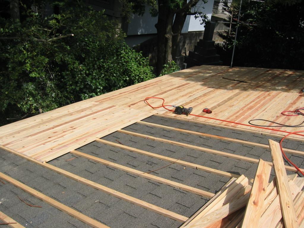 施工中 既存屋根を撤去しなくてそのまま下地組+野地板