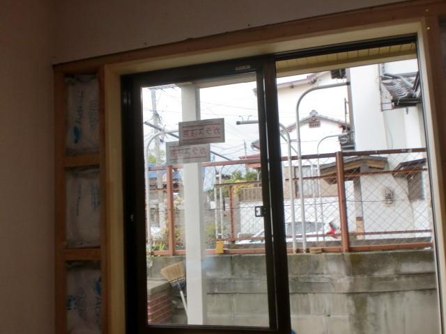 施工中 洋室中連内装 下地組 断熱材入れ