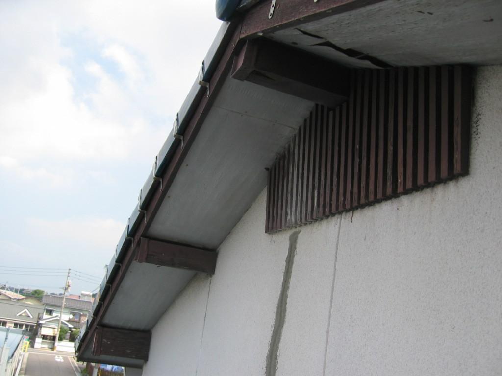 施工前 塗替えが遅れており、木部、軒天井が老化