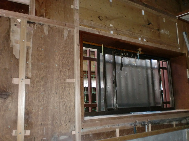施工前 キッチン窓周囲 壁タイル撤去