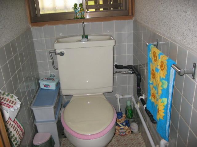 施工前 トイレ室  配管は露出状態