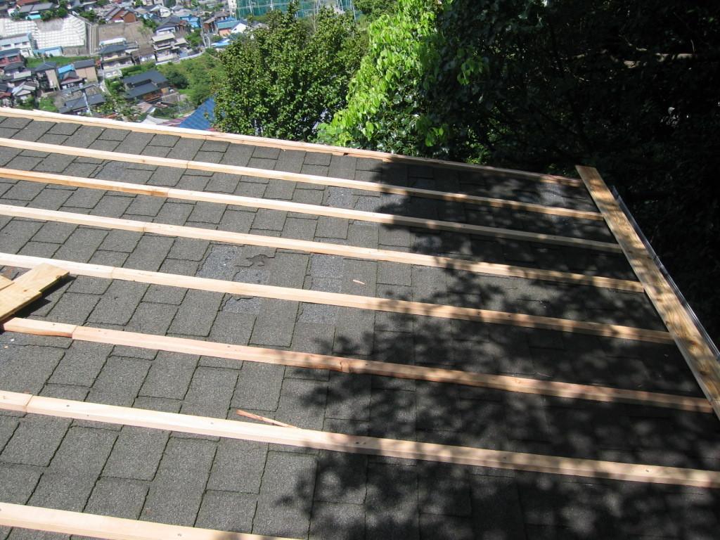 施工中 既存屋根を撤去しなくてそのまま下地組